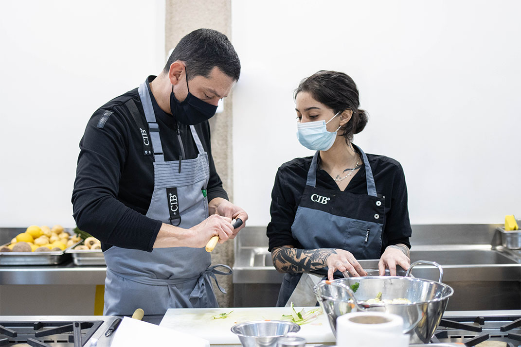 Alumnos del Culinary Institute of Barcelona cocinando.